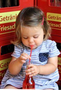 Umweltbewusst von klein auf mit Glasflaschen bei Getränke Friesacher
